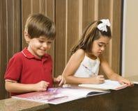 Miúdos que fazem trabalhos de casa. imagem de stock