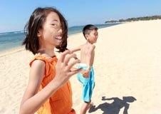 Miúdos que funcionam na praia Fotos de Stock Royalty Free