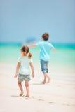 Miúdos que funcionam na praia Imagens de Stock Royalty Free