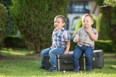 Miúdos que jogam ao ar livre Imagem de Stock Royalty Free