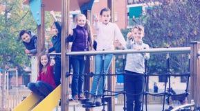 Miúdos que jogam ao ar livre Imagens de Stock