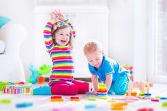 Miúdos que jogam com blocos de madeira Imagens de Stock Royalty Free