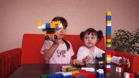 Miúdos que jogam com construtor vídeos de arquivo