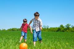 Miúdos que jogam com o bal Fotografia de Stock