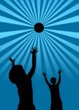Miúdos que jogam com uma silhueta da esfera Foto de Stock