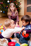 Miúdos que jogam em casa Fotos de Stock