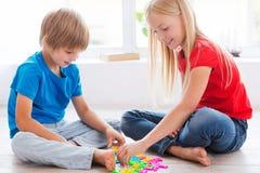 Miúdos que jogam em casa Fotografia de Stock Royalty Free
