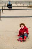 Miúdos que jogam em cremalheiras Foto de Stock