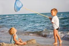 Miúdos que jogam na praia Imagens de Stock Royalty Free