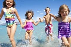 Miúdos que jogam na praia Fotografia de Stock