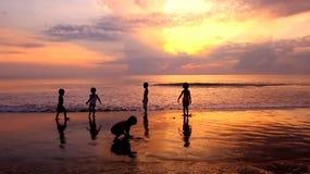 Miúdos que jogam na praia Fotografia de Stock Royalty Free