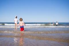 Miúdos que jogam no mar Imagens de Stock Royalty Free