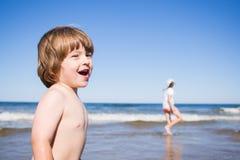 Miúdos que jogam no mar Imagem de Stock Royalty Free