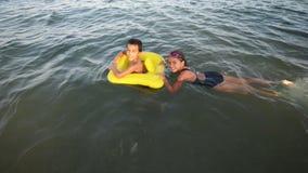 Miúdos que jogam no mar vídeos de arquivo