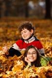 Miúdos que jogam no parque do outono Imagens de Stock