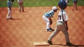 Miúdos que jogam o basebol video estoque