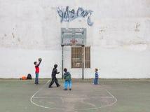 Miúdos que jogam o basquetebol Imagens de Stock