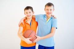 Miúdos que jogam o basquetebol Fotografia de Stock Royalty Free