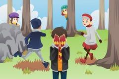 Miúdos que jogam o couro cru - e - busca Imagem de Stock Royalty Free
