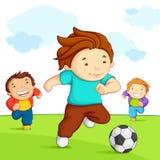 Miúdos que jogam o futebol ilustração royalty free