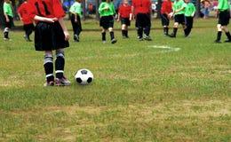Miúdos que jogam o futebol Fotografia de Stock Royalty Free