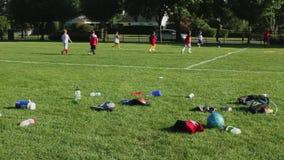 Miúdos que jogam o futebol vídeos de arquivo
