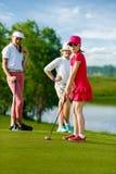 Miúdos que jogam o golfe Foto de Stock Royalty Free