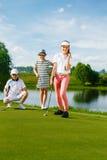 Miúdos que jogam o golfe Foto de Stock