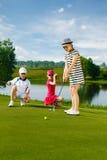 Miúdos que jogam o golfe Fotografia de Stock