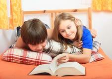 Miúdos que lêem um livro Imagem de Stock Royalty Free