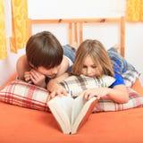 Miúdos que lêem um livro Fotografia de Stock Royalty Free
