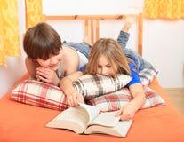 Miúdos que lêem um livro Foto de Stock Royalty Free