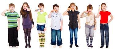 Miúdos que limpam os dentes Imagens de Stock Royalty Free