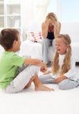 Miúdos que lutam e que gritam Imagem de Stock