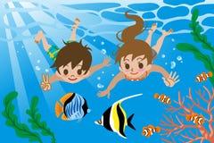 Miúdos que nadam debaixo d'água Fotos de Stock