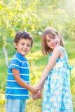 Miúdos que prendem as mãos Imagem de Stock Royalty Free