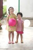 Miúdos que prendem balões imagem de stock