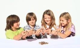 Miúdos que prendem o dinheiro Fotografia de Stock