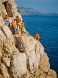Miúdos que preparam-se para saltar na água Fotos de Stock Royalty Free
