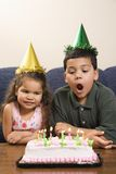 Miúdos que têm a festa de anos. imagem de stock royalty free