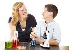 Miúdos que têm o divertimento com ciência fotografia de stock royalty free