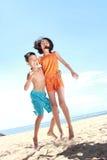 Miúdos que têm o divertimento no dia ensolarado fotografia de stock royalty free