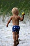 Miúdos que têm o divertimento pelo lago Imagem de Stock