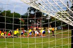 Miúdos que treinam o futebol Fotos de Stock
