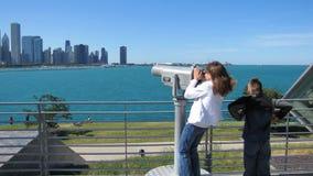 Miúdos que vêem a skyline de Chicago Fotos de Stock