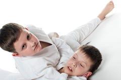 Miúdos que wrestling Foto de Stock Royalty Free