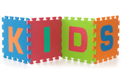 Miúdos - sinal com letras do enigma do alfabeto no branco Fotos de Stock