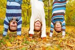 Miúdos upside-down Foto de Stock Royalty Free
