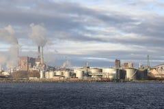 Miąższowa fabryka z udziałem dymny przybycie z kominów Obraz Royalty Free