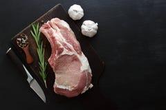 Mięśni bliny z rozmarynami i łyżką pieprz i czosnek na widok zdjęcia stock
